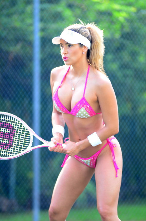 Jennifer Nicole Lee jugando al tenis