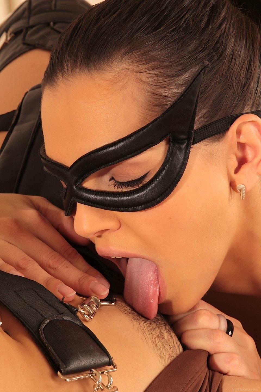 catwoman-vs-lara-croft (8)